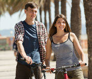 Les jeunes folâtres avec des vélos images stock