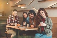 Les jeunes gais ayant l'amusement dans le cafétéria Image libre de droits