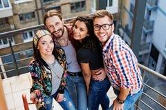 Les jeunes gais ayant l'amusement sur des escaliers Photos stock