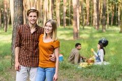 Les jeunes gais détendant en nature Images stock