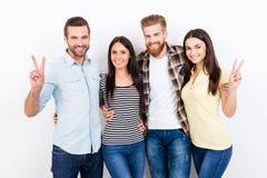 Les jeunes gais embrassant et souriant sur le backgro blanc Image libre de droits