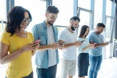 Les jeunes gais employant les réseaux sociaux Images libres de droits