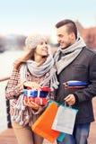 Les jeunes gais faisant des achats de Noël Photo stock