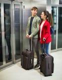 Les jeunes gais positifs avec le bagage se tenant à la métro Photographie stock