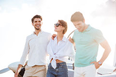 Les jeunes gais se tenant sur la piste devant l'avion Photographie stock