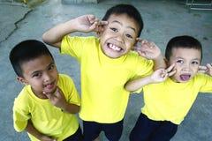 Les jeunes garçons et filles se blottissent et sourient pour l'appareil-photo images libres de droits