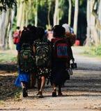 Les jeunes garçons vont à l'école en photo unique du Bangladesh Photos libres de droits