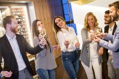 Les jeunes grillant avec du vin blanc Photos libres de droits