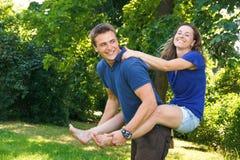 Les jeunes heureux. Photo libre de droits