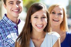 Les jeunes heureux photo stock