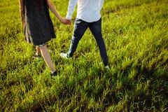 Les jeunes, heureux, affectueux couples, dehors, des pieds de photo dans le saut, et s'amusent, faisant de la publicité, et insér photo libre de droits