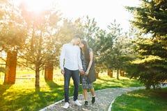 Les jeunes, heureux, affectueux couples, marchant en parc, et s'apprécient, faire de la publicité, et l'insertion des textes Photo stock