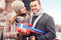 Les jeunes heureux avec des cadeaux de Noël Photographie stock libre de droits