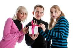Les jeunes heureux avec le cadre de cadeau Photos stock