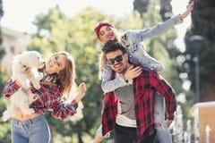 Les jeunes heureux ayant l'amusement ensemble Image libre de droits