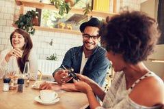 Les jeunes heureux ayant un grand temps au restaurant Photos stock