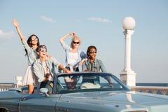 Les jeunes heureux conduisant dans le cabriolet Photos stock