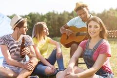 Les jeunes heureux détendant dans la forêt Images libres de droits