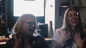 Les jeunes heureux dansent à la partie avec des confettis Plan rapproché de mouvement lent Célébration joyeuse de groupe multi-et banque de vidéos