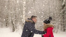 Les jeunes heureux jettent la neige au-dessus de votre tête clips vidéos