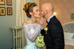 Les jeunes heureux ont juste marié des couples dans des costumes de weddins Photos libres de droits