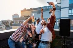 Les jeunes heureux prenant la photo de lui-même Images libres de droits