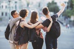 Les jeunes heureux prenant le selfie à l'appareil-photo dans la ville Photographie stock