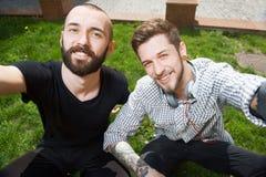 Les jeunes hommes attirants se photographient Image libre de droits