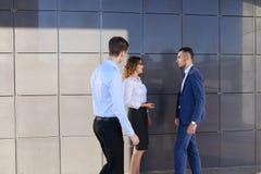Les jeunes hommes d'affaires attirants d'adultes, étudiants rencontrés et discutent Images stock