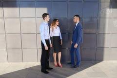 Les jeunes hommes d'affaires attirants d'adultes, étudiants rencontrés et discutent Photographie stock libre de droits