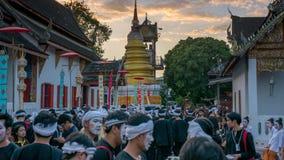 Les jeunes hommes dans des vêtements traditionnels attendent devant un tem bouddhiste Photographie stock