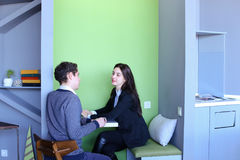 Les jeunes hommes et les femmes communiquent et partagent des secrets, se reposant dedans dedans Photo libre de droits