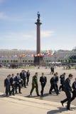 Les jeunes hommes marchent sur la place de Dvortsovaya dans le saint-Petersburgm Russie Photographie stock