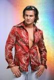 Les jeunes hommes ont rectifié dans une chemise rouge et des jeans photos stock