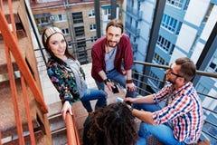 Les jeunes insouciants parlant sur l'escalier Photo stock