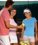 Les jeunes jouant au tennis Image libre de droits
