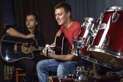 Les jeunes jouant des guitares Photos stock