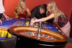 Les jeunes jouant la roulette, casino Photos stock