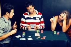 Les jeunes jouant le tournoi en différé de tisonnier, amis font la fête la Co Photo stock