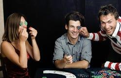 Les jeunes jouant le tournoi en différé de tisonnier, amis font la fête le concept Image stock