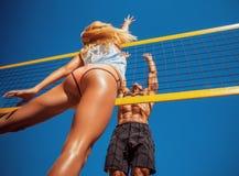 Les jeunes jouant le volleyball sur la plage Image libre de droits