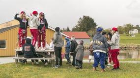 Les jeunes jouent dans les chapeaux et des pantalons rouges Photos stock