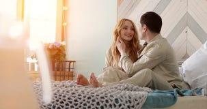 Les jeunes ménage se sont réveillés un matin ensoleillé banque de vidéos