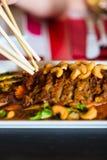 Les jeunes mangeant de la nourriture dans le restaurant thaïlandais Photos libres de droits