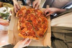 Les jeunes mangeant de la pizza Image libre de droits