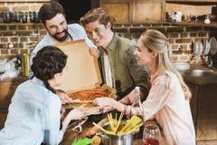 Les jeunes mangeant de la pizza Images libres de droits