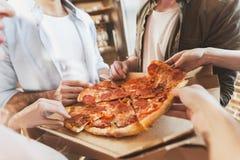 Les jeunes mangeant de la pizza Photos libres de droits