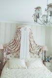 Les jeunes mariées de mariage s'habillent et le coup de costume de mariés dessus dans la chambre à coucher Photo libre de droits