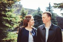 Les jeunes mariés à côté de l'arbre photographie stock libre de droits