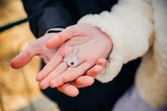 Les jeunes mariés étreignant sur le rivage du lac dans a Image libre de droits